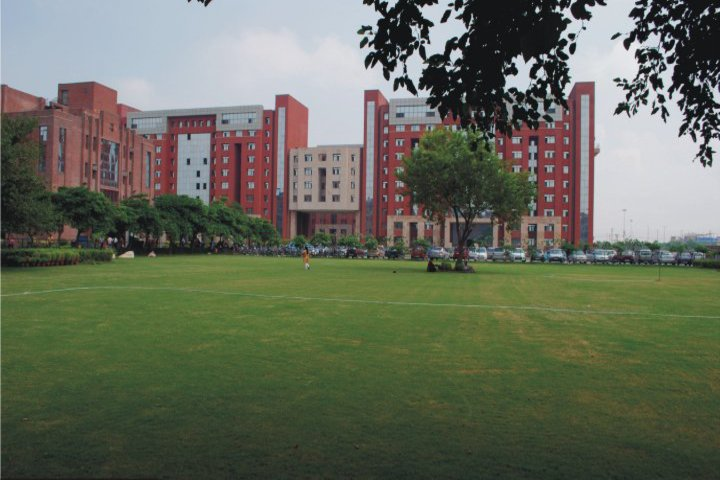 https://cache.careers360.mobi/media/colleges/social-media/media-gallery/5281/2019/4/3/Campus View of Amity School of Engineering and Technology Noida_Campus-View.jpg